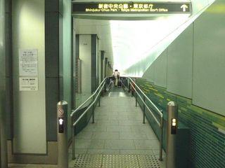 新宿西口動く歩道1_640.jpg