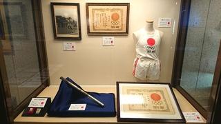 1964年東京オリンピックの聖火リレーのユニフォームとトーチ_640.jpg